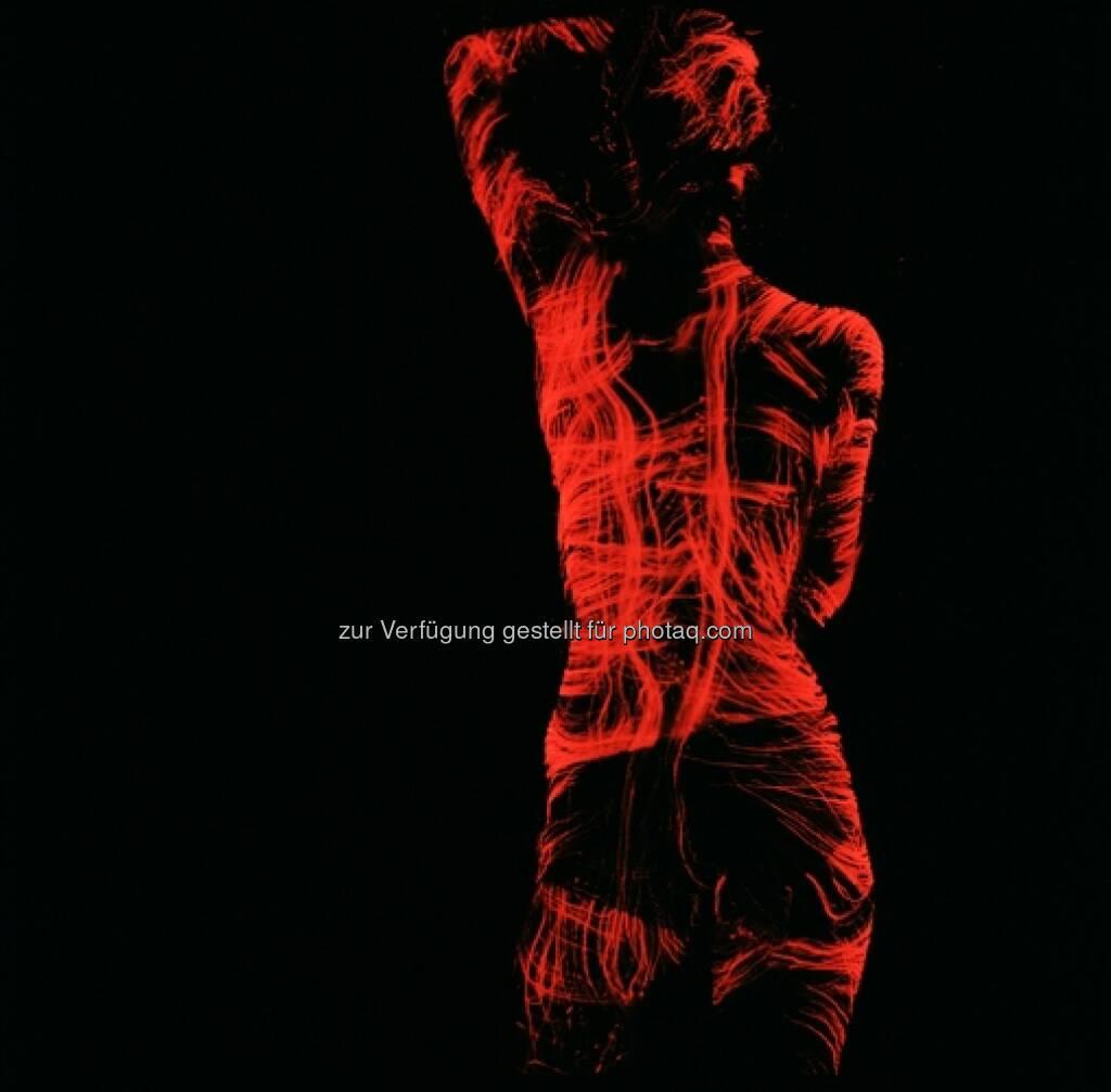 Ausstellung Nigonografie von Michail Nogin in der Galerie Merikon: Die Darstellungen Michail Nogins sind licht-grafische manuelle Zeichnungen von Menschen und Objekten. (27.06.2014)