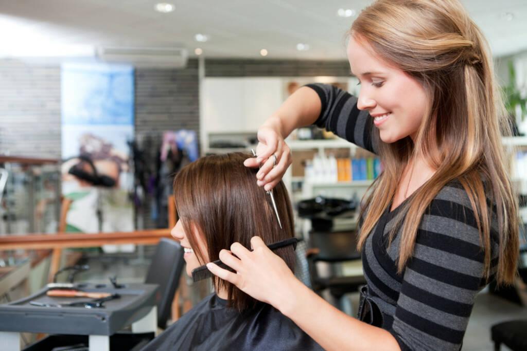 Haircut http://www.shutterstock.com/de/pic-107479559/stock-photo-hairdresser-cutting-client-s-hair-in-beauty-salon.html (Bild: shutterstock.com) (29.06.2014)