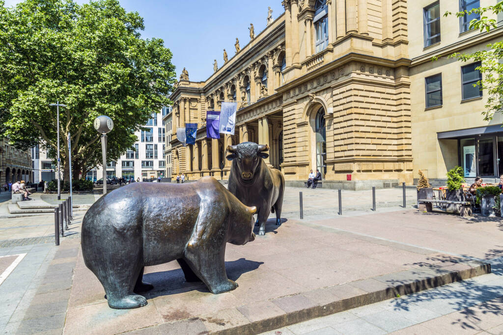 Frankfurt,Börse, Bulle Bär, Frankfurter Börse, http://www.shutterstock.com/de/pic-196613768/stock-photo-frankfurt-germany-june-the-bull-and-bear-statues-at-the-frankfurt-stock-exchange-in.html (Bild: www.shutterstock.com) (30.06.2014)