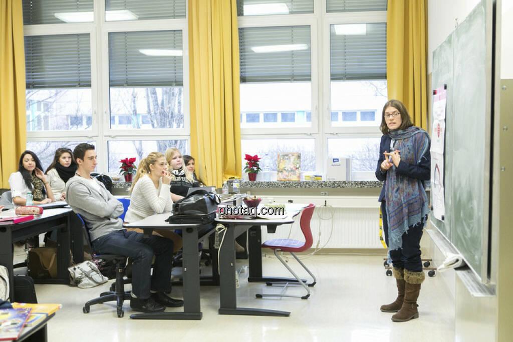 Julia Smid in der 4 AK der Vienna Business School in Floridsdorf beim Börseunterricht, © Martina Draper/finanzmarktfoto.at (06.01.2013)