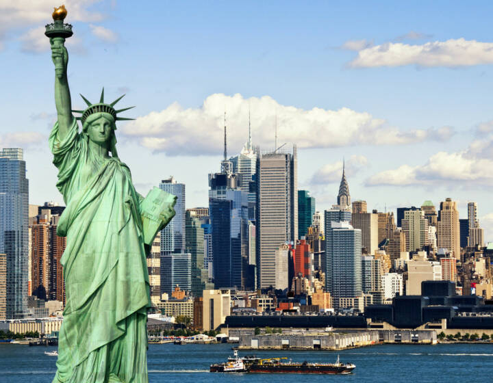 Freiheitsstatue, New York, http://www.shutterstock.com/de/pic-139844653/stock-photo-photo-tourism-concept-new-york-city-with-statue-liberty.html