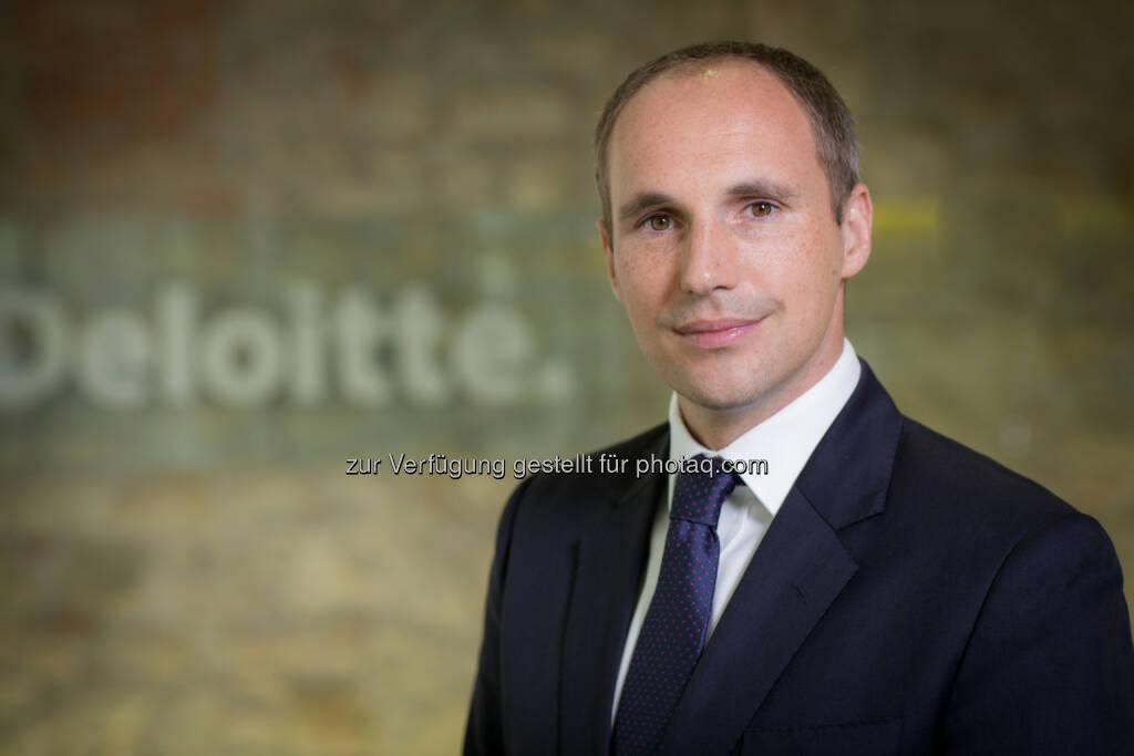 Stephan Langer (Director Deloitte) ist seit 2004 bei Deloitte tätig. Nach dem Studium der Betriebswirtschaftslehre in Österreich und Großbritannien sowie weiteren Auslandsstationen in Singapur und Neuseeland begann er seine Karriere bei Deloitte im Bereich Corporate Finance in Wien. Während eines zweijährigen Einsatzes bei Deloitte in Dubai (VAE) konnte er bei internationalen Großprojekten mit einem Fokus auf M&A und Financial Restructuring erfolgreich mitwirken. Seit 2010 leitet Herr Langer in Wien nationale und internationale Projekte in den Bereichen M&A (Kauf- und Verkaufstransaktionen), Restrukturierung (u. a. Distressed M&A, Fortbestehensprognosen, Refinanzierungsberatung) und Real Estate (Schwerpunkt Immobilientransaktionen, Investorensuche, Capital Funding). (Bild: Daniel Hinterramskogler) (01.07.2014)