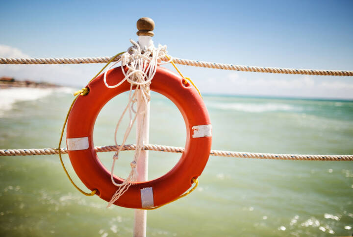 Rettungsring, http://www.shutterstock.com/de/pic-155806859/stock-photo-bright-red-lifebuoy-on-the-pier.html