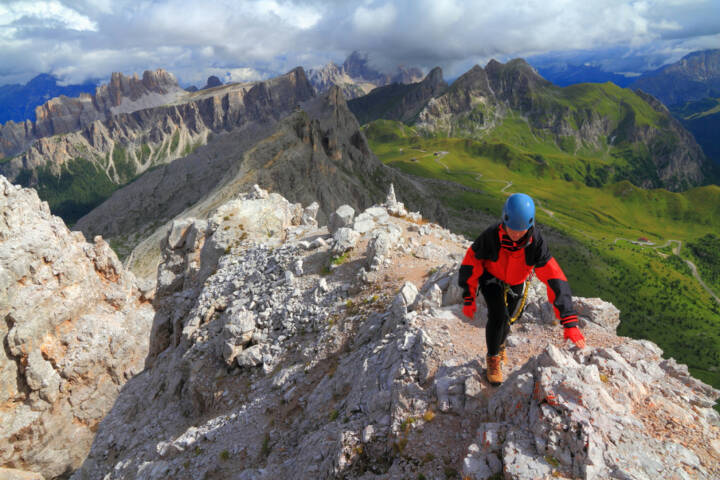 schmaler Grat, Gratwanderung, schwierig, steil, bergauf, http://www.shutterstock.com/de/pic-167707706/stock-photo-woman-climber-on-narrow-trail-to-the-mountain-summit-dolomite-alps-italy.html