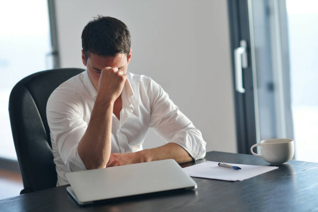 Frust, Depression, Müdigkeit, ausgelaugt, Mißerfolg, burn out, Fehlschlag, müde, schlapp, aufgeben, http://www.shutterstock.com/de/pic-199302473/stock-photo-frustrated-with-problems-young-business-man-working-on-laptop-computer-at-home.html  (01.07.2014)