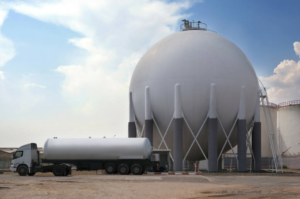 Erdgas, Gastank, http://www.shutterstock.com/de/pic-114637606/stock-photo-natural-gas-tank-and-filling-up-to-truck.html , © (www.shutterstock.com) (01.07.2014)