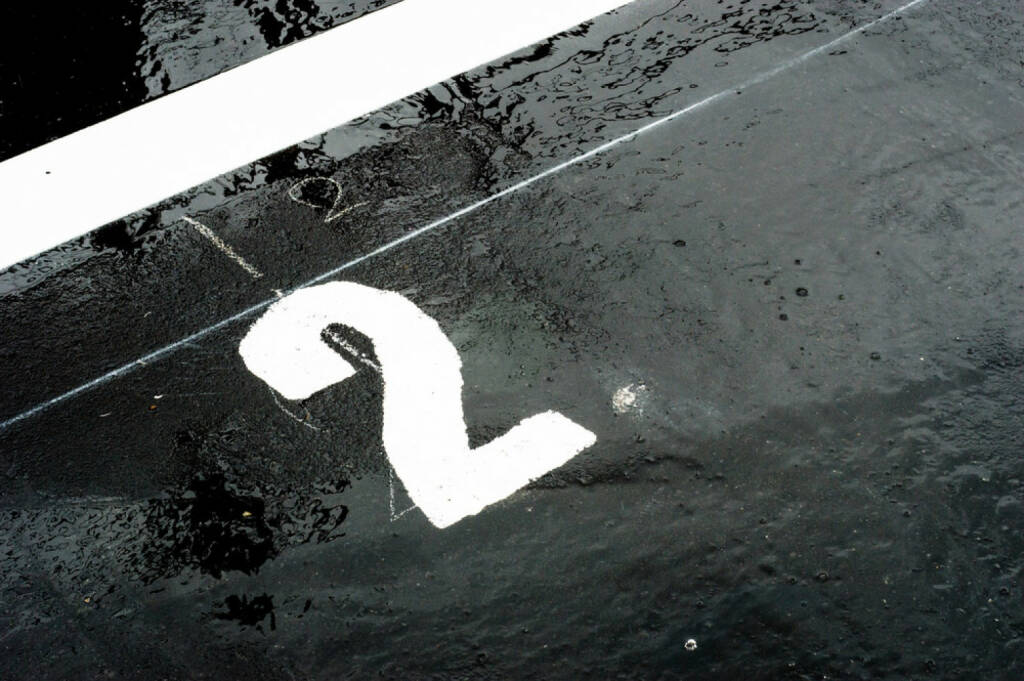 2, Zwei, http://www.shutterstock.com/de/pic-142824058/stock-photo-the-number-printed-on-the-wet-road-closeup.html , © (www.shutterstock.com) (02.07.2014)
