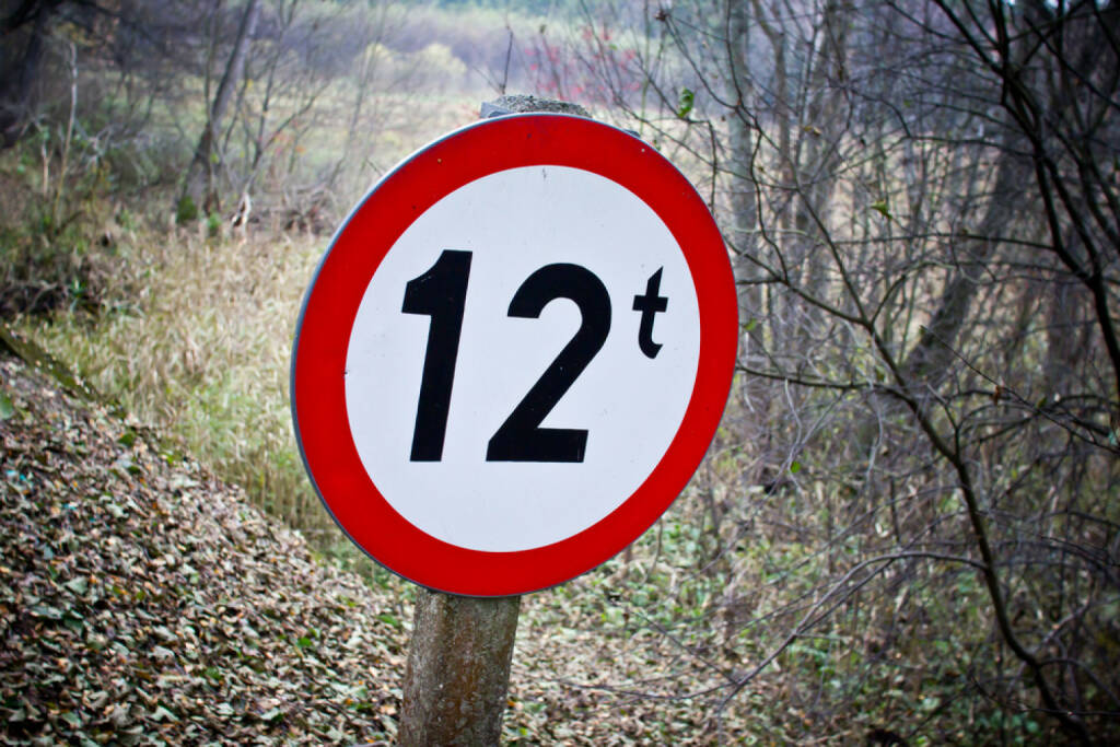 12, Zwölf, http://www.shutterstock.com/de/pic-159351332/stock-photo-weight-limitation-sign-in-forest-in-shape-of-circle.html , © (www.shutterstock.com) (02.07.2014)