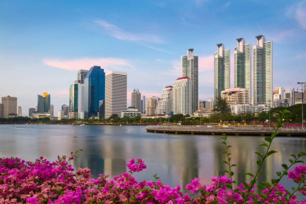 Bankok, Thailand, http://www.shutterstock.com/de/pic-194100380/stock-photo-bangkok-city-at-sunset-with-reflection-in-lake-and-flowers-on-the-foreground-bangkok-thailand.html , © (www.shutterstock.com) (02.07.2014)