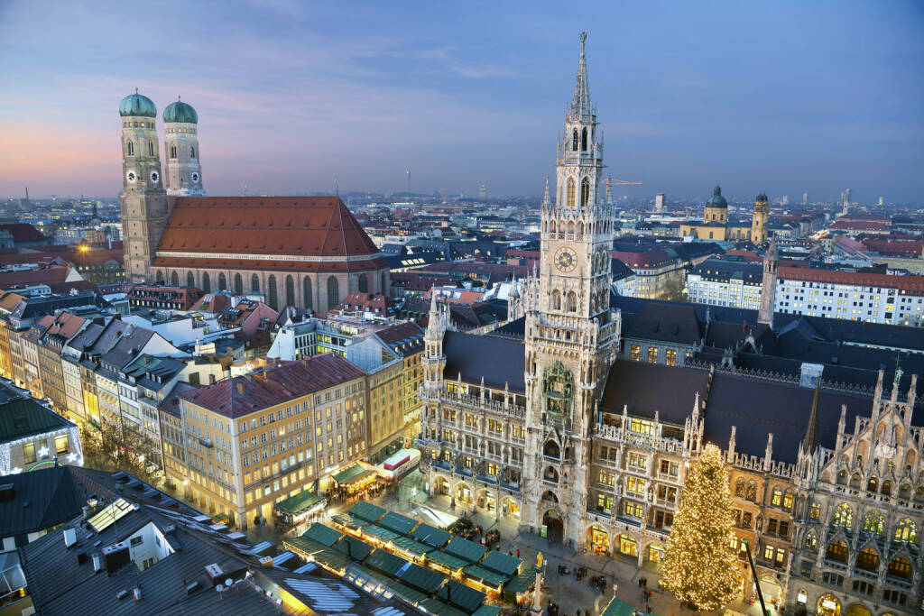 München, Rathaus, Marienkirche, Bayern, http://www.shutterstock.com/de/pic-165818693/stock-photo-munich-germany-aerial-image-of-munich-germany-with-christmas-market-and-christmas-decoration.html (Bild: www.shutterstock.com) (03.07.2014)