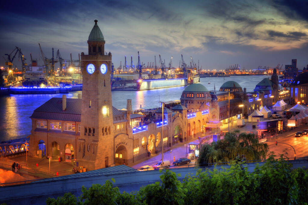 Hamburg, Landungsbrücken, Hafen, http://www.shutterstock.com/de/pic-127540121/stock-photo-hamburg-germany-famous-place-in-the-town-the-landungsbr-cken-near-the-container-harbor.html (Bild: www.shutterstock.com) (03.07.2014)