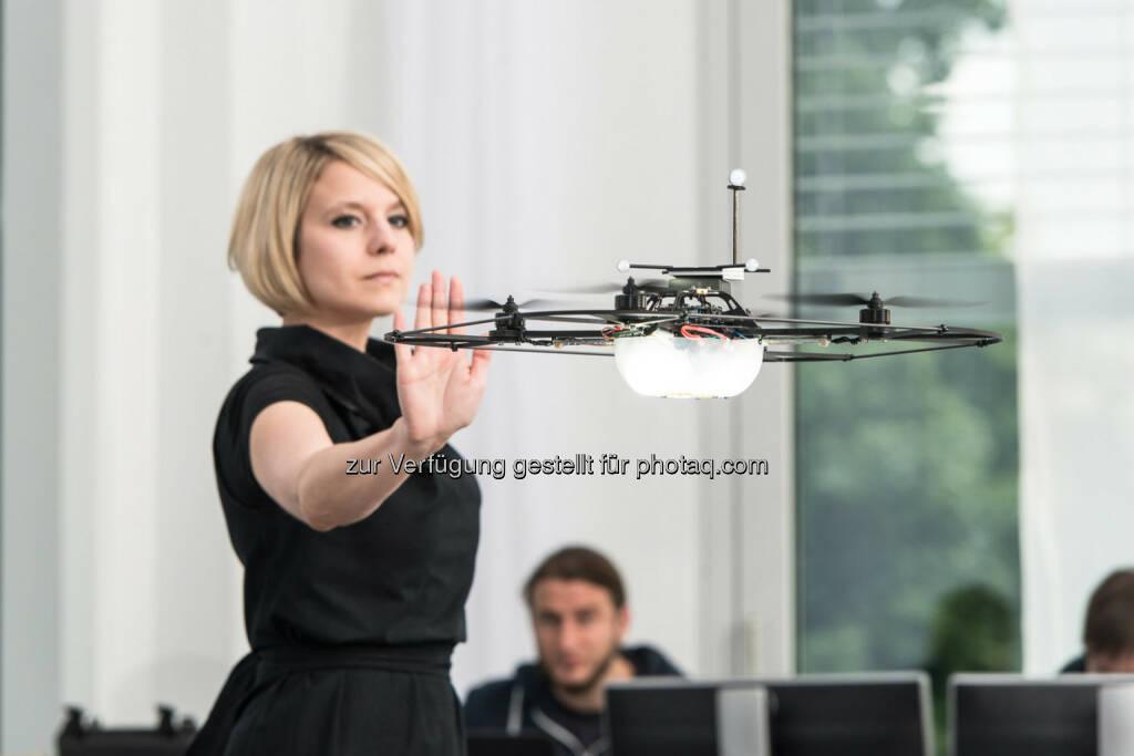 """Drohne: Mercedes-Benz, Future Talk 2014: Mercedes-Benz Future Talk """"Robotik"""" in Berlin: Mercedes-Benz diskutiert mit Roboter-Experten und einer Sprachwissenschaftlerin darüber, wie sich die Menschen künftig mit autonomen Fahrzeugen verständigen können. , © Aussendung (03.07.2014)"""