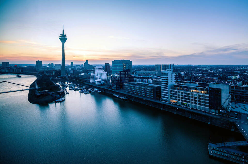 Düsseldorf, Skyline, Rhein http://www.shutterstock.com/de/pic-152066342/stock-photo-dusseldorf-city-skyline-panorama-at-sunset-from-above.html (Bild: www.shutterstock.com) (04.07.2014)