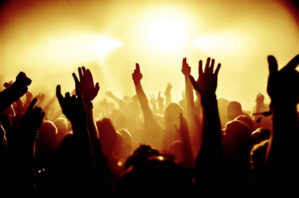 Menschenmassen, Konzert, Jubel, Freude, Hände, http://www.shutterstock.com/de/pic-177839117/stock-photo-silhouettes-of-concert-crowd-in-front-of-bright-stage-lights.html , © shutterstock.com (04.07.2014)