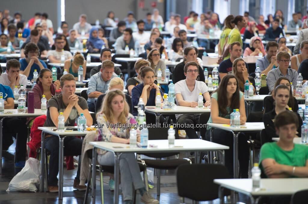 Aufnahmetest zum Medizinstudium: 6.016 InteressentInnen haben sich für die Aufnahmetests zum Studium an der Medizinischen Universität Wien angemeldet, davon kamen heute Freitag 4.861 zum Test in die Messe Wien. Für die Vergabe der 740 Studienplätze (660 Humanmedizin, 80 Zahnmedizin) werden zum zweiten Mal die von den Österreichischen Medizin-Universitäten entwickelten, gemeinsamen Tests MedAT-H für das Diplomstudium Humanmedizin und MedAT-Z für das Diplomstudium Zahnmedizin angewendet., © Aussendung (04.07.2014)