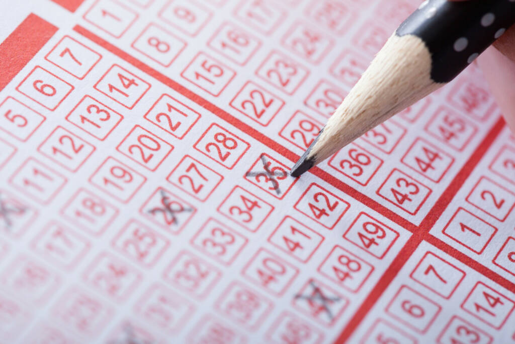 Lotto, Casino, Glücksspiel, Lottoschein, http://www.shutterstock.com/de/pic-148569152/stock-photo-close-up-of-a-person-marking-number-on-lottery-ticket-with-pencil.html , © (www.shutterstock.com) (05.07.2014)