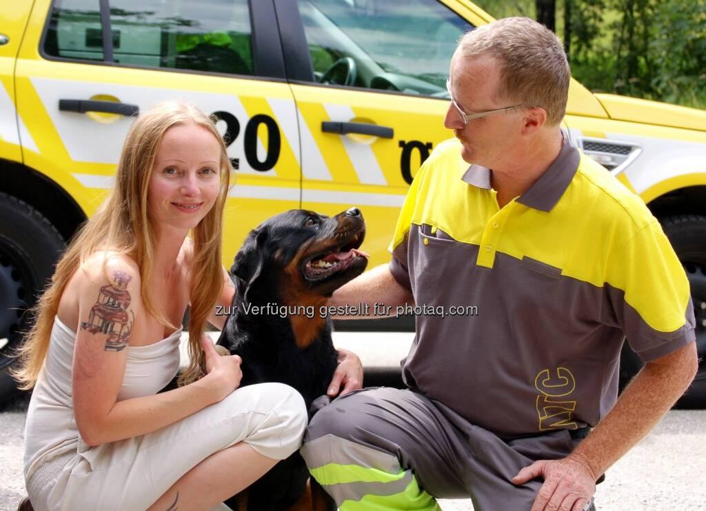 ÖAMTC: Hundebesitzerin Mela H.und ihre Hündin Gina mit Pannenfahrer Gerhard Holltischer vom ÖAMTC Salzburg, der den Hund befreit hat (ÖAMTC), © Aussender (05.07.2014)