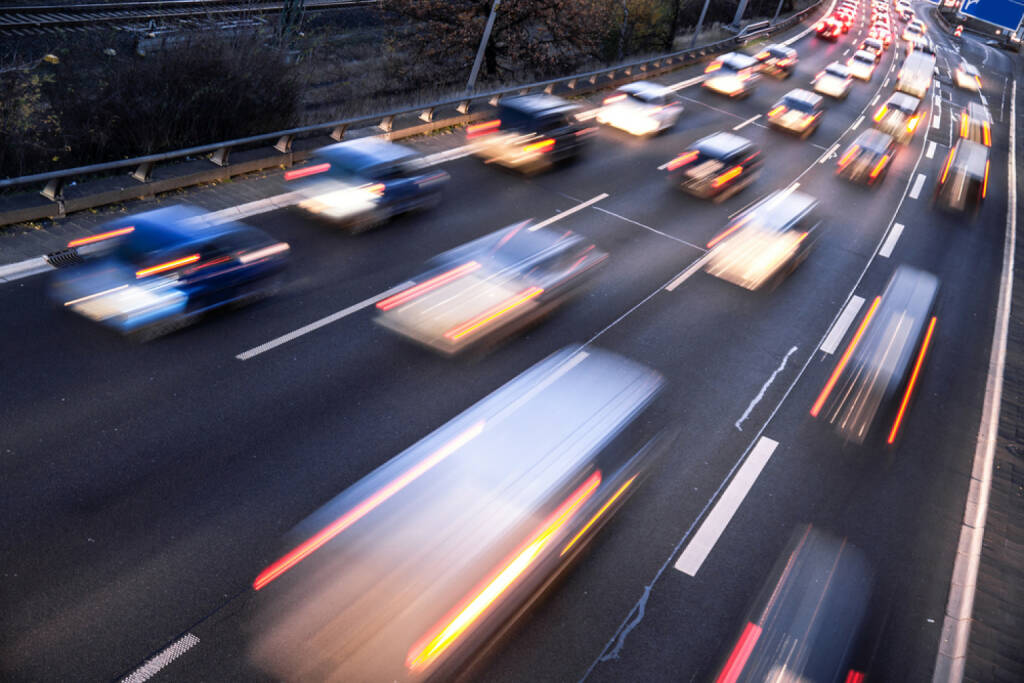 Auto, Autobahn, Verkehr, http://www.shutterstock.com/de/pic-171883982/stock-photo-fast-cars-on-highway-in-evening-light.html  (05.07.2014)