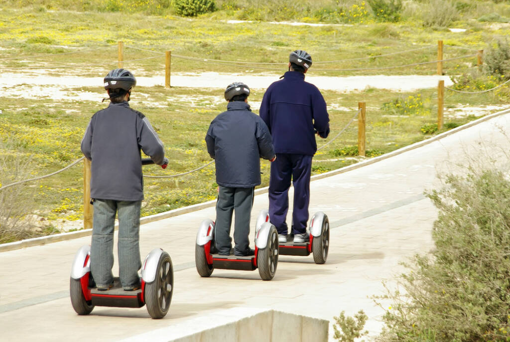 Segway, http://www.shutterstock.com/de/pic-13531789/stock-photo-several-people-moving-over-a-modern-omnidirectional-personal-transport-platform-segway.html , © (www.shutterstock.com) (05.07.2014)