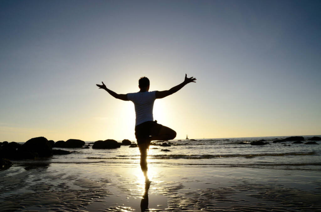 Balance, Balanceakt, Meditation, Gleichgewicht, http://www.shutterstock.com/de/pic-110665082/stock-photo-asian-man-acts-yoga-on-the-beach-standing-on-one-leg-silhouetted-against-sunlight.html , © (www.shutterstock.com) (06.07.2014)