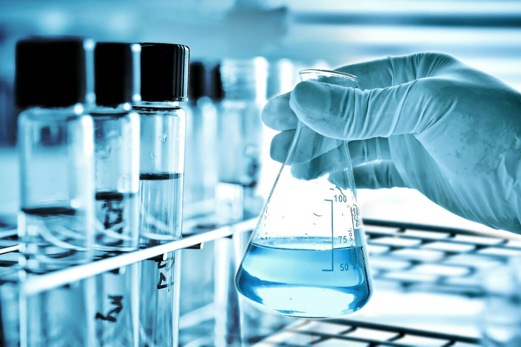 Labor, Chemie, Biotech, Pharma, Handschuh, Experiment http://www.shutterstock.com/de/pic-199033223/stock-photo-flask-in-scientist-hand-with-test-tube-in-rack.html (Bild: shutterstock.com) (07.07.2014)