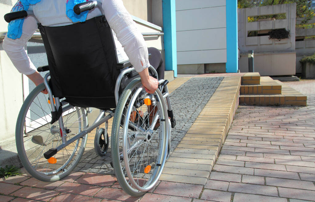Rollstuhl, barrierefrei, Rampe, Handicap http://www.shutterstock.com/de/pic-187933352/stock-photo-woman-in-a-wheelchair-using-a-ramp.html (Bild: shutterstock.com) (07.07.2014)
