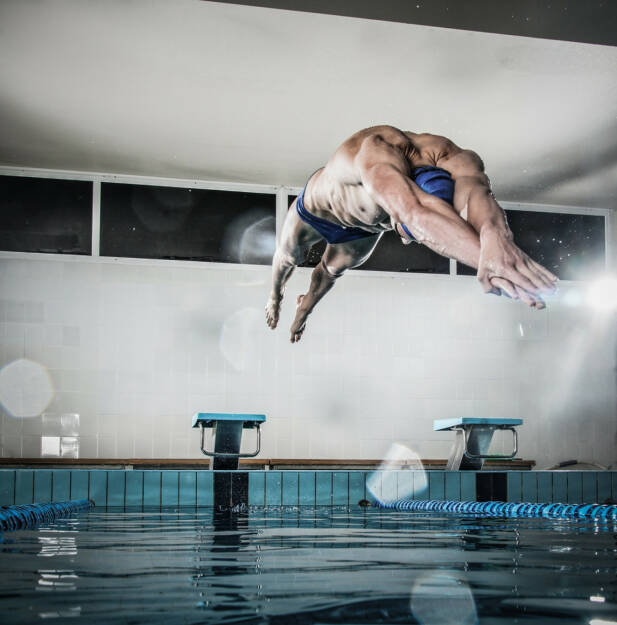 Absprung, Sprung, nass, springen, schwimmen, vorwärts, http://www.shutterstock.com/de/pic-196147787/stock-photo-young-muscular-swimmer-jumping-from-starting-block-in-a-swimming-pool.html , © (www.shutterstock.com) (07.07.2014)