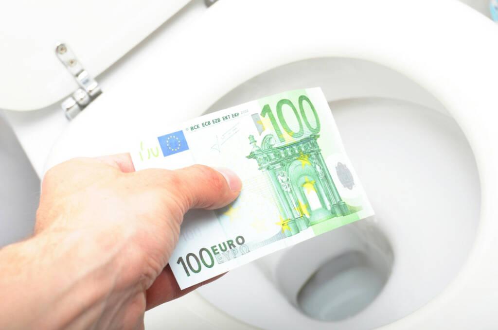 Geld, Toilette, Verschwendung, Klo, Verlust, Euro, spülen, Mißerfolg, Abwertung, Zinsen, Negativzinsen, Strafzinsen http://www.shutterstock.com/de/pic-60927622/stock-photo-waste-of-money-concept-with-euro-bill-and-toilet.html  (07.07.2014)
