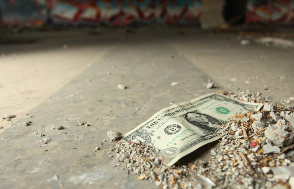 Dollar, Geld, Entwertung, Verlust, Verfall, Zerstörung, Krise, Abwertung, http://www.shutterstock.com/de/pic-61652599/stock-photo-one-dollar-on-a-floor.html (07.07.2014)