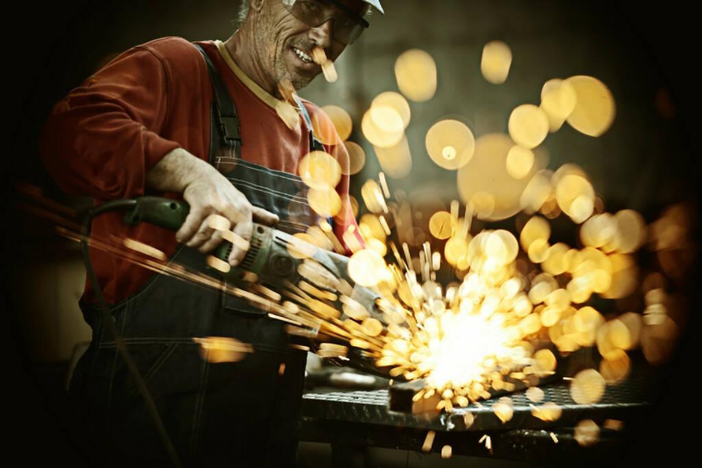 Industrie, Funke, sprühen, Metall, schneiden, Stahl, Licht, Hitze, verbrennen, Arbeit, http://www.shutterstock.com/de/pic-179712842/stock-photo-industrial-worker-cutting-and-welding-metal-with-many-sharp-sparks.html , © www.shutterstock.com (08.07.2014)