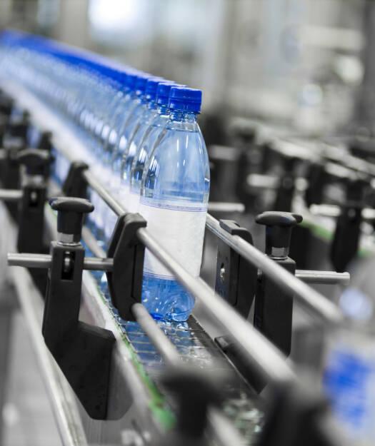 Wasser, Flasche, Plastik, Plastikflasche, Industrie, Fließband, http://www.shutterstock.com/de/pic-102516563/stock-photo-close-up-of-bottle-industry.html , © www.shutterstock.com (08.07.2014)