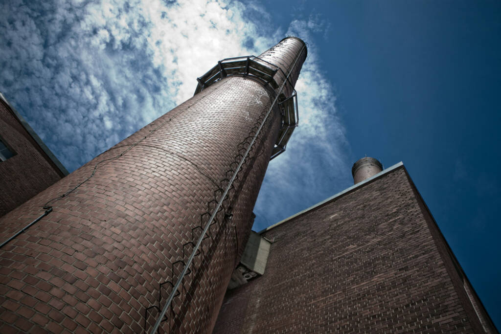 Industrie, Rauchfang, Backstein, Fabrik, Gebäude, http://www.shutterstock.com/de/pic-153115994/stock-photo-very-tall-chimney-with-a-steel-ladder-going-up-there.html , © www.shutterstock.com (08.07.2014)