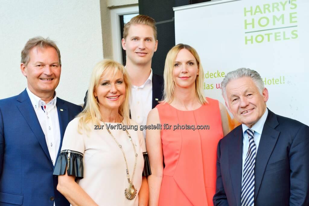 Das unmögliche Hotel Harry`s Home Linz feiert Geburtstag: Landeshauptmann Josef Pühringer, Familie Harry Ultsch, Christine Leitner (Hoteldirektorin), © Aussendung checkfelix (08.07.2014)