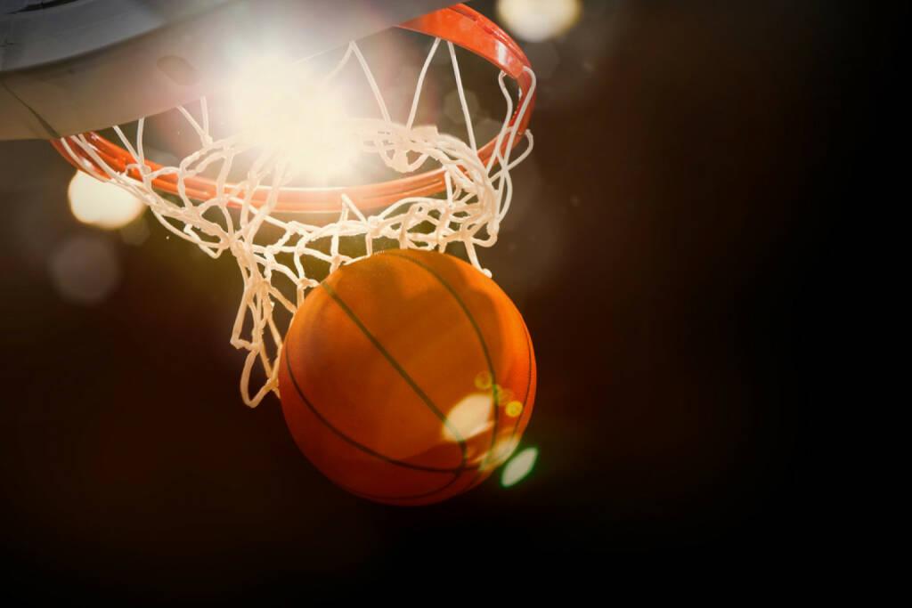 Basketball, einnetzen, Tor, Korb, werfen, Ball, Wurf, http://www.shutterstock.com/de/pic-190192655/stock-photo-basketball-going-through-the-basket-at-a-sports-arena-intentional-spotlight.html , © www.shutterstock.com (09.07.2014)