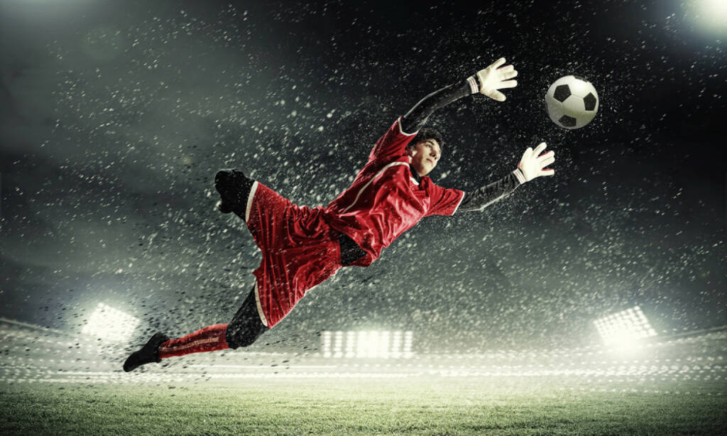 Fussball, Tormann, Wettkampf, Sport, save, halten, aufhalten, stop, Schuss, Torschuss, http://www.shutterstock.com/de/pic-133448789/stock-photo-goalkeeper-catches-the-ball-at-the-stadium-in-the-spotlight.html? , © www.shutterstock.com (09.07.2014)