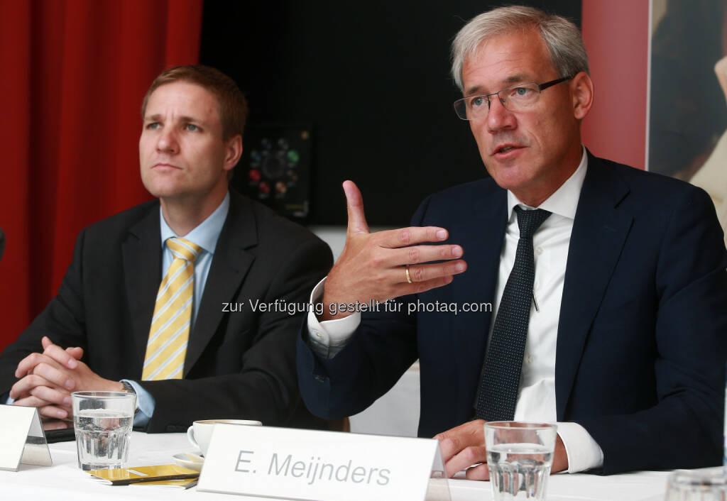 Ernst Meijnders (Novartis Country President, rechts) und Gottfried Haber (Wirtschaftsprofessor): Die direkte und indirekte Wertschöpfung von Novartis in Österreich ist vergleichbar zu ganzen Branchen wie etwa der Textilerzeugung., bisher über zwei Milliarden Euro in Forschung & Entwicklung investiert (Bild: juerg christandl/Novartis) (10.07.2014)