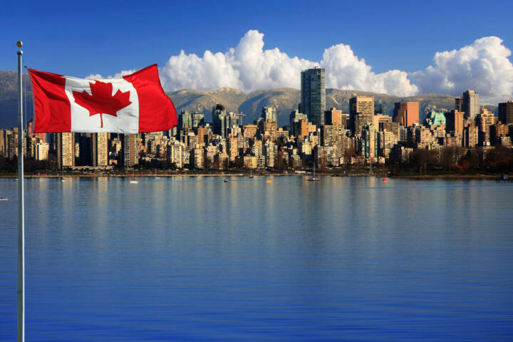Vancouver, British Columbia, Kanada, Flagge, Fahne, http://www.shutterstock.com/de/pic-119379478/stock-photo-canadian-flag-in-front-of-the-beautiful-city-of-vancouver-canada.html