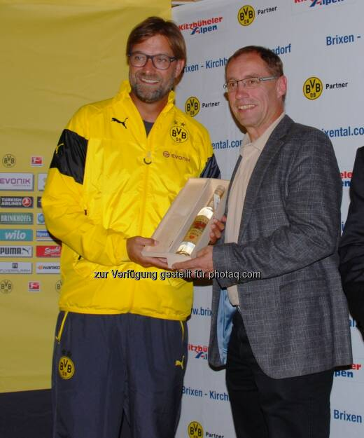 Tourismusregion Kitzbüheler Alpen - Brixental verlängert die Kooperation mit Borussia Dortmund: Geschenkübergabe Erber Schnaps von Max Salcher an BVB Trainer Jürgen Klopp, © Aussendung (11.07.2014)