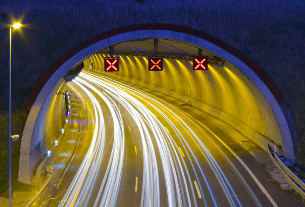 Autobahn, Tunnel, Straße, Tunnelblick, fahren, vorwärts, Nacht, Licht, http://www.shutterstock.com/de/pic-167753477/stock-photo-motorway-a-e-at-night-in-passing-through-renteria.html , © (www.shutterstock.com) (11.07.2014)