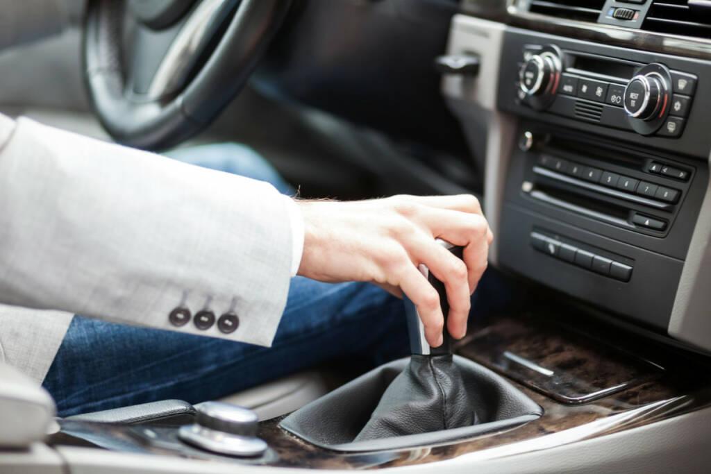 schalten, umschalten, Auto, fahren, vorwärts, http://www.shutterstock.com/de/pic-129380858/stock-photo-man-driving-his-car.html , © (www.shutterstock.com) (11.07.2014)