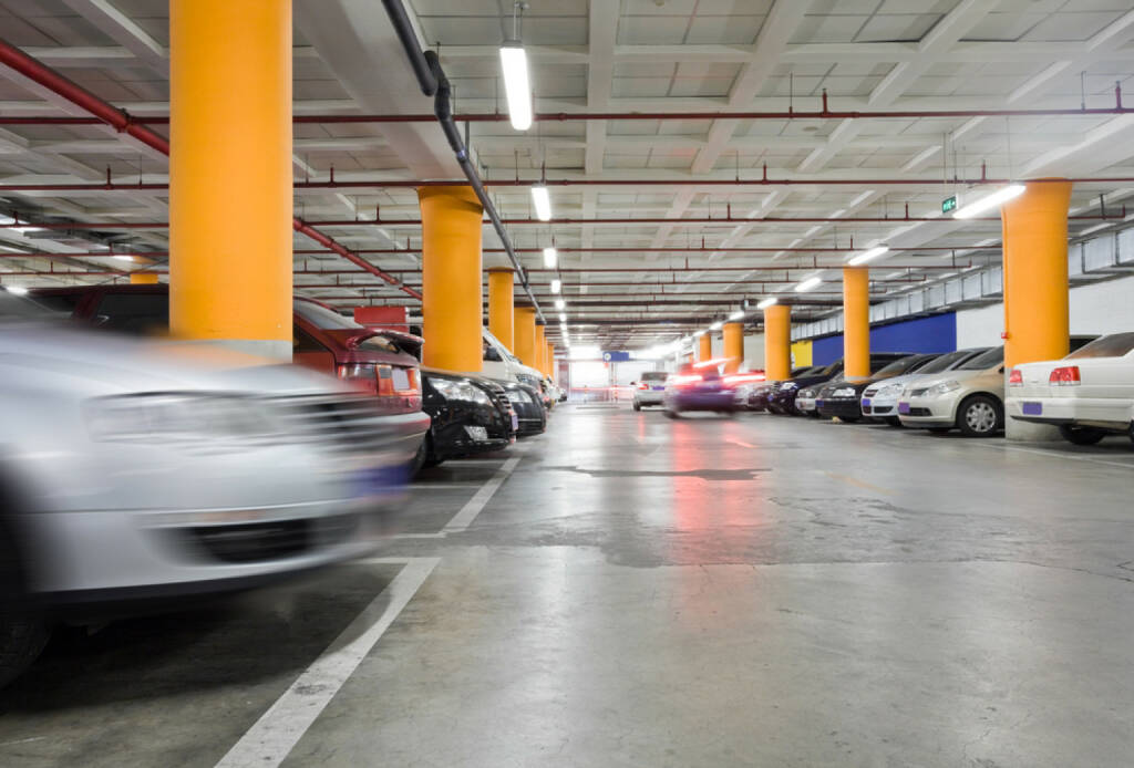 Parkhaus, Parkgarage, Garage, parken, Auto, http://www.shutterstock.com/de/pic-77849902/stock-photo-the-shined-underground-garage-with-the-moving-cars-and-parked-cars.html , © (www.shutterstock.com) (11.07.2014)