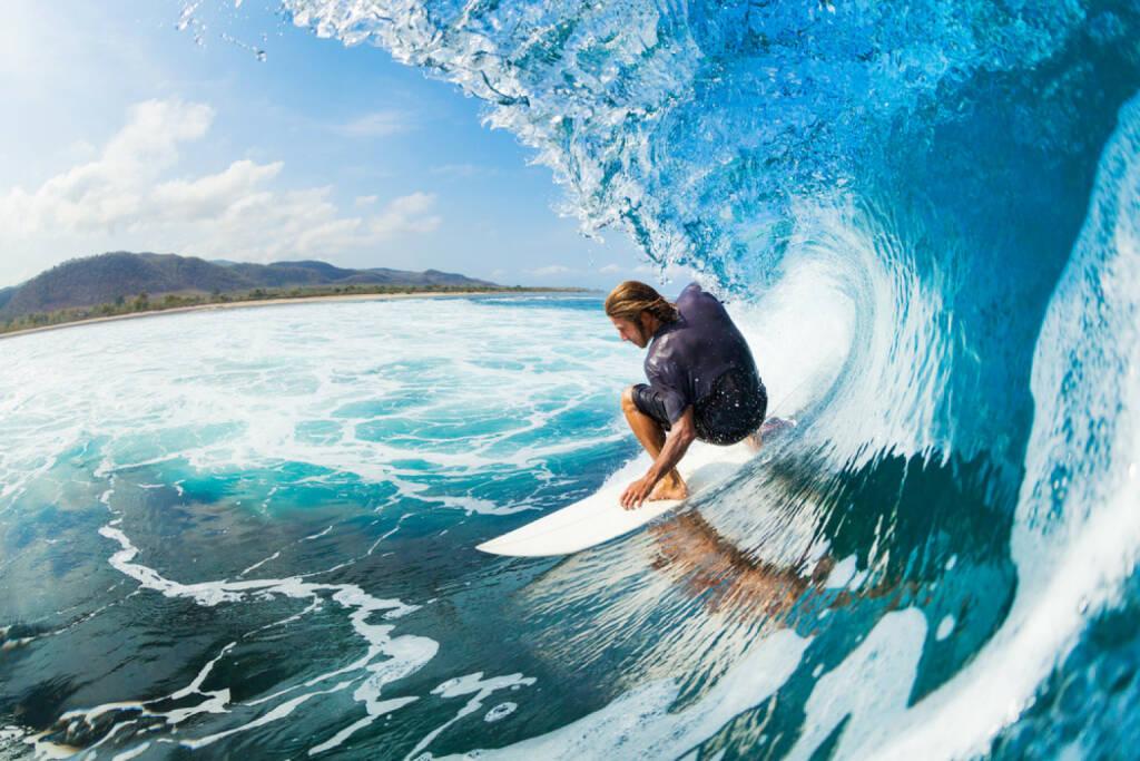 Welle, surfen, Erfolg, Erfolgswelle, auf der Erfolgswelle surfen, Wettkampf, Sport, Meer, Wasser, Glück, http://www.shutterstock.com/de/pic-117660574/stock-photo-surfer-on-blue-ocean-wave-in-the-tube-getting-barreled.html , © www.shutterstock.com (11.07.2014)