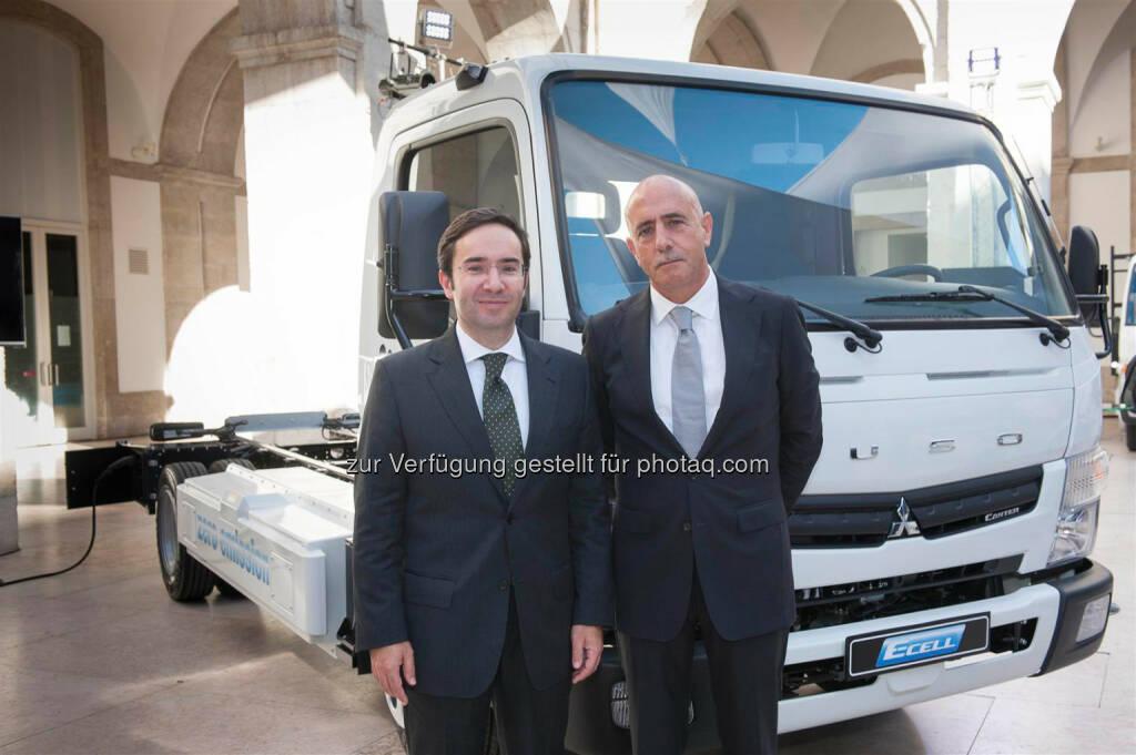 Daimler: Umweltminister Portugal Jorge Moreira da Silva, Jorge Rosa, Werkleiter und President & CEO Mitsubishi Fuso Truck Europe, S.A.: Acht Elektrofahrzeuge des Typs Fuso Canter-E-Cell wurden am 10. Juli 2014 in Lissabon an Kunden übergeben. Die portugiesische Regierung hat das Projekt unterstützt.  (11.07.2014)