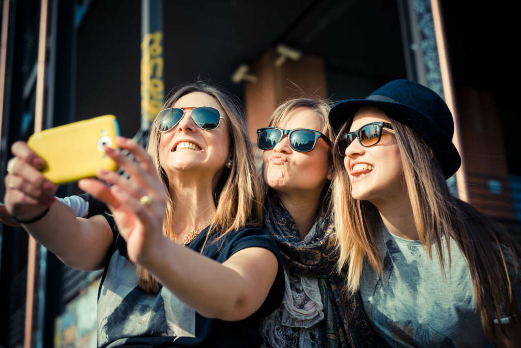 Selfie, Foto, Handy, lachen, smeil, smile, fröhlich, Frauen, http://www.shutterstock.com/de/pic-187704026/stock-photo-three-beautiful-friends.html  (Bild: shutterstock.com) (12.07.2014)