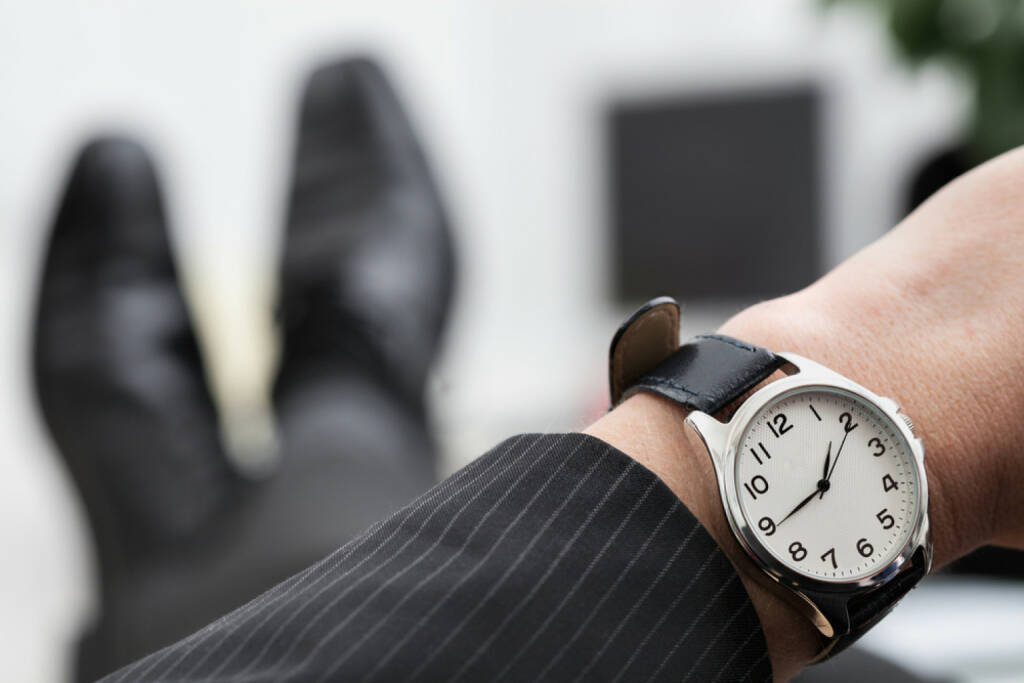 Uhr, Armbanduhr, Zeit, spät, früh, warten, Geduld, Ungeduld, http://www.shutterstock.com/de/pic-188732657/stock-photo-relaxed-businessman-waiting-to-the-end-of-work.html (Bild: shutterstock.com) (12.07.2014)