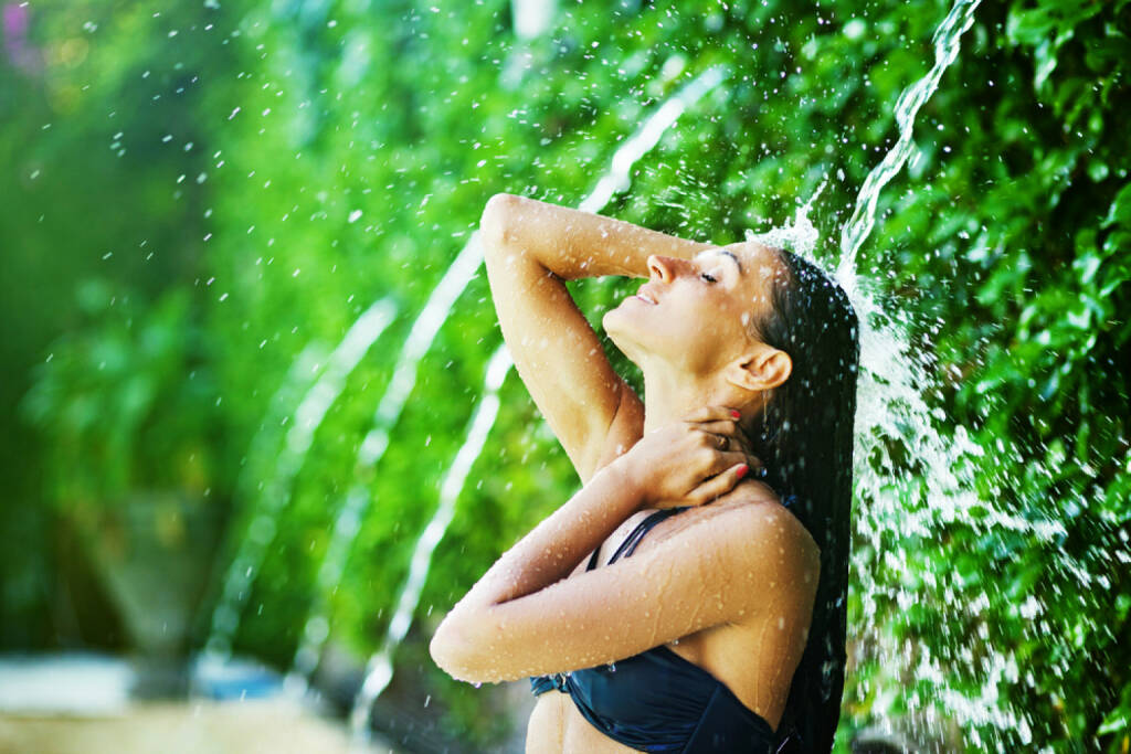 Abkühlung, Frau, Wasser, Genuss, Erfrischung, http://www.shutterstock.com/de/pic-153294050/stock-photo-woman-having-shower-under-tropical-waterfall-bali.html (Bild: shutterstock.com) (12.07.2014)