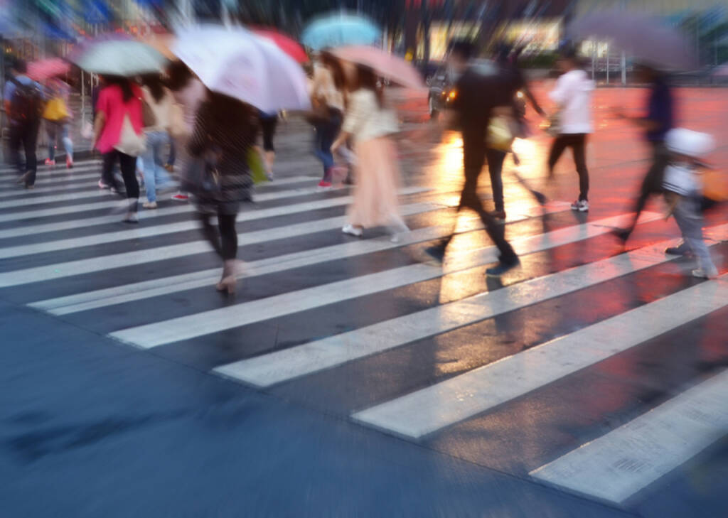 Regen, Regenschirm, Menschenmassen, http://www.shutterstock.com/de/pic-195669569/stock-photo-crowds-of-people-crossing-the-street-on-a-rainy-day-in-the-city.html? (Bild: shutterstock.com) (12.07.2014)