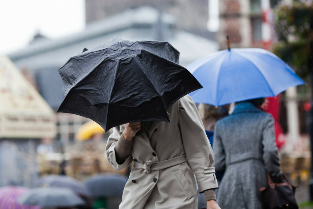 Regenschirm, Regen, Sturm, kalt, Wasser, nass, Gegenwind, http://www.shutterstock.com/de/pic-116020573/stock-photo-people-walking-with-umbrellas-in-the-rainy-city.html (Bild: shutterstock.com) (12.07.2014)