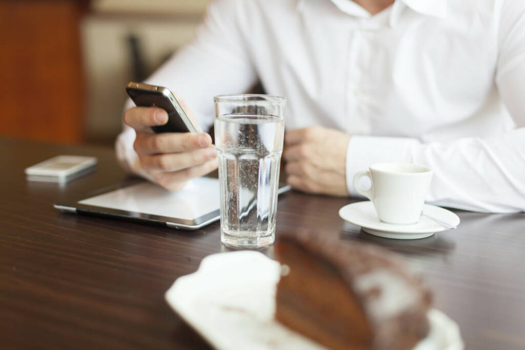 Frühstück, Business, Handy, Torte, Wasser, Pause, Kaffee, Office, http://www.shutterstock.com/de/pic-125078174/stock-photo-businessman-in-restaurant-beginning-of-working-day.html  (12.07.2014)