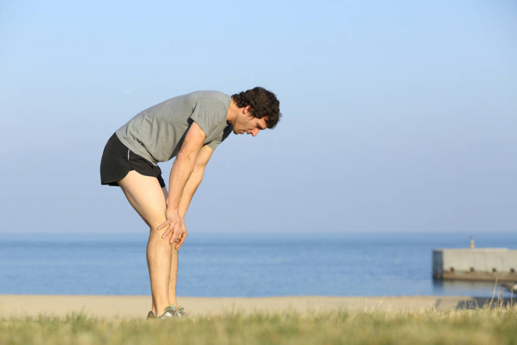 Laufen, erschöpft, müde, Müdigkeit, ausgelaugt, schwach, am Ende, fertig, Pause, Erholung, http://www.shutterstock.com/de/pic-179825489/stock-photo-exhausted-runner-man-resting-on-the-beach-after-workout-with-the-ocean-in-the-background.html  (13.07.2014)